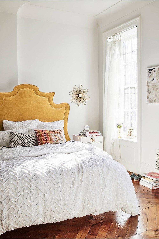 Slaapkamer okergeel hoofdbord