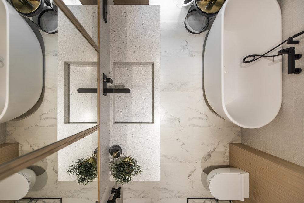 Smalle lange badkamer met een klassiek chic tintje