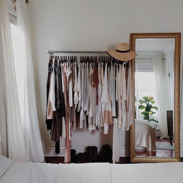 hieronder zie je een klassieke spiegel in een verder strakke en rustige slaapkamer