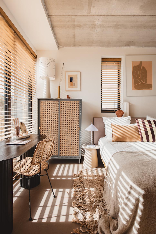 Strandhotel Zoomers - sfeervolle slaapkamer met natuurlijke kleuren en materialen