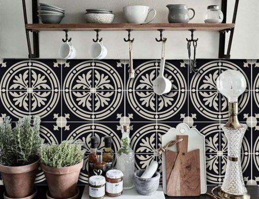 Barolo Vinyl tegelstickers van Quadrostyle aan de keuken achterwand.