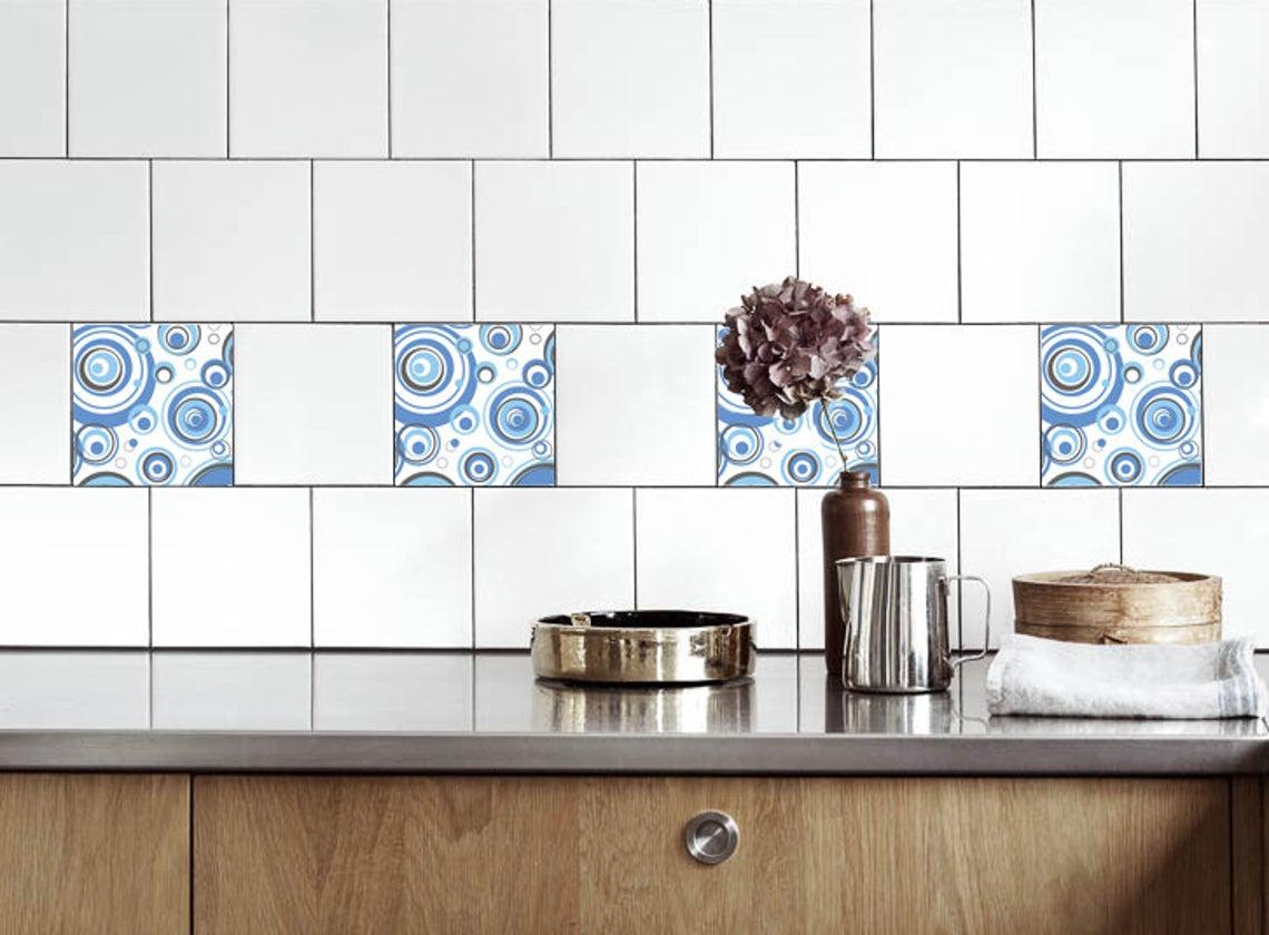 Je kunt de tegelstickers om en om plakken, zoals aan deze witte keuken achterwand. De tegelstickers zijn hier verkrijgbaar.