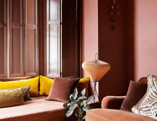 terracotta interieur gele kussens