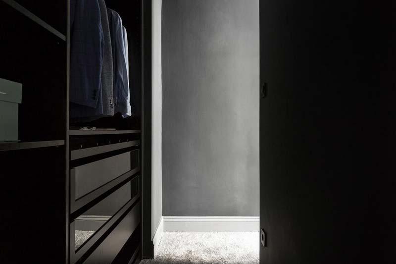 vaste scheidingswand tussen bed inloopkast