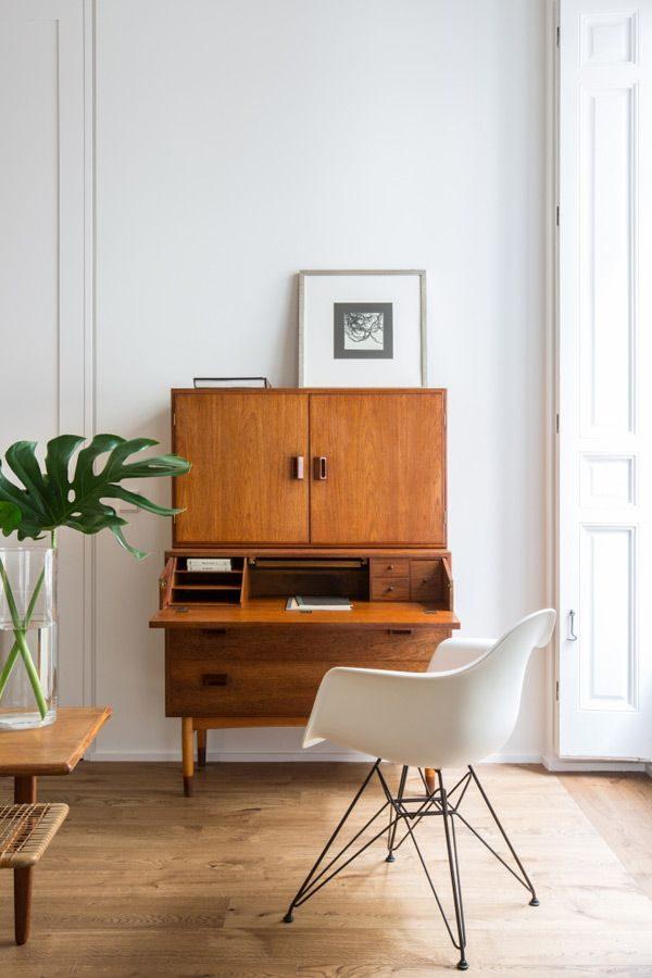 Houten bureau op kantoor thestylebox - Kamer en kantoor ...
