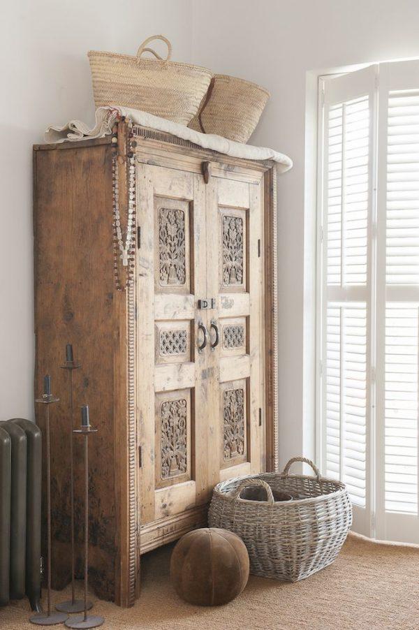 Oude houten kast in de slaapkamer - THESTYLEBOX