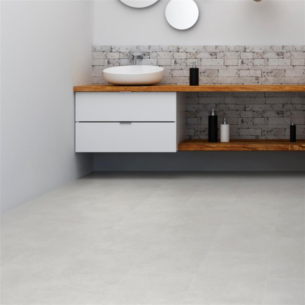 Mooie lichte klik vinyl in een stoere badkamer - IVC Ultimo Click Tiles glint cement 46127