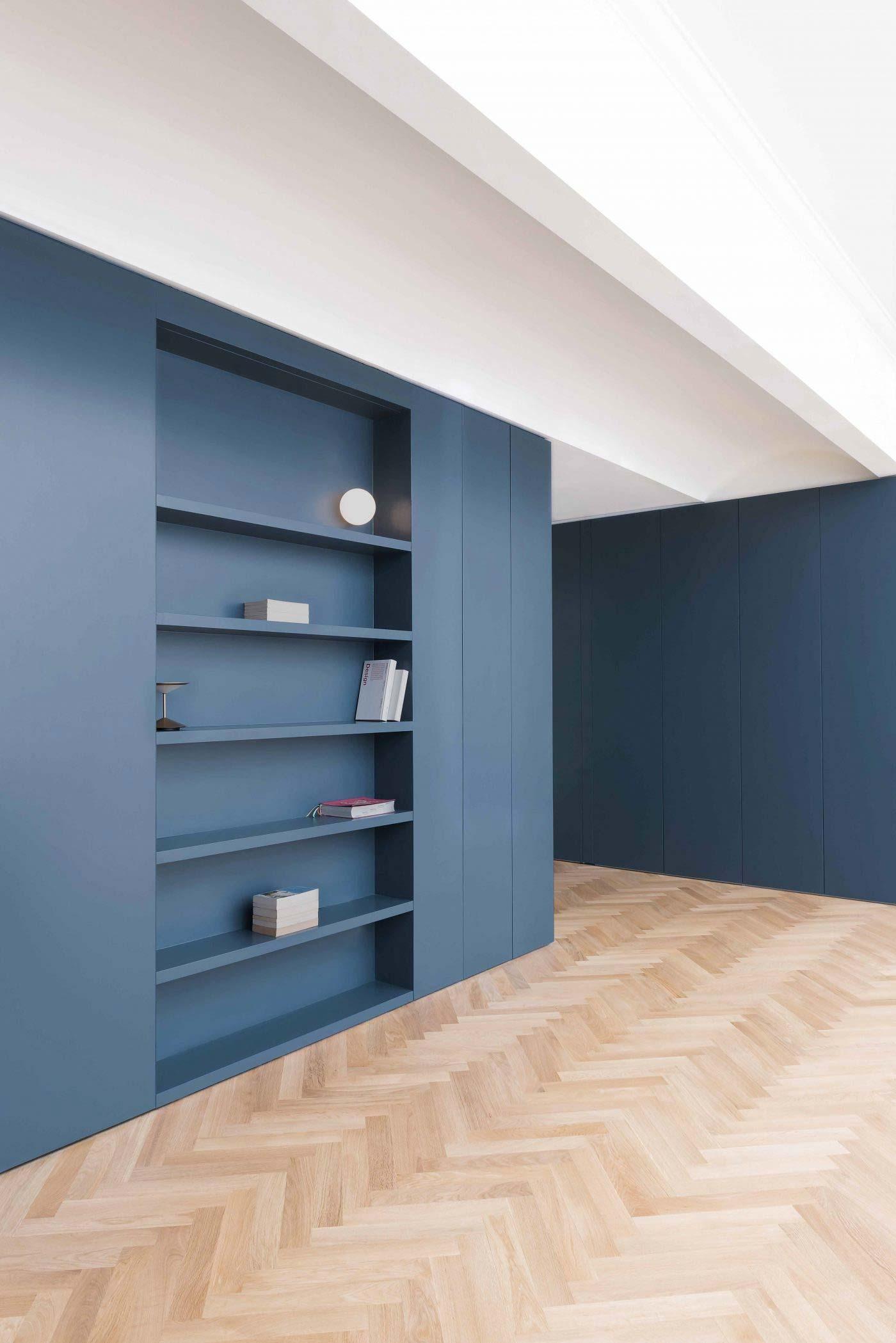 visgraat vloer blauwe muren