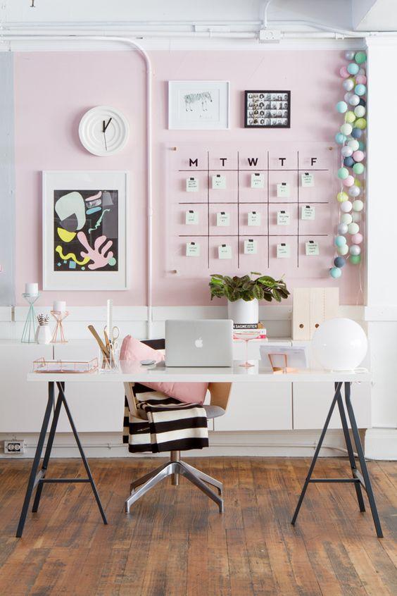 werkplek-inrichten-vrouwelijk-roze