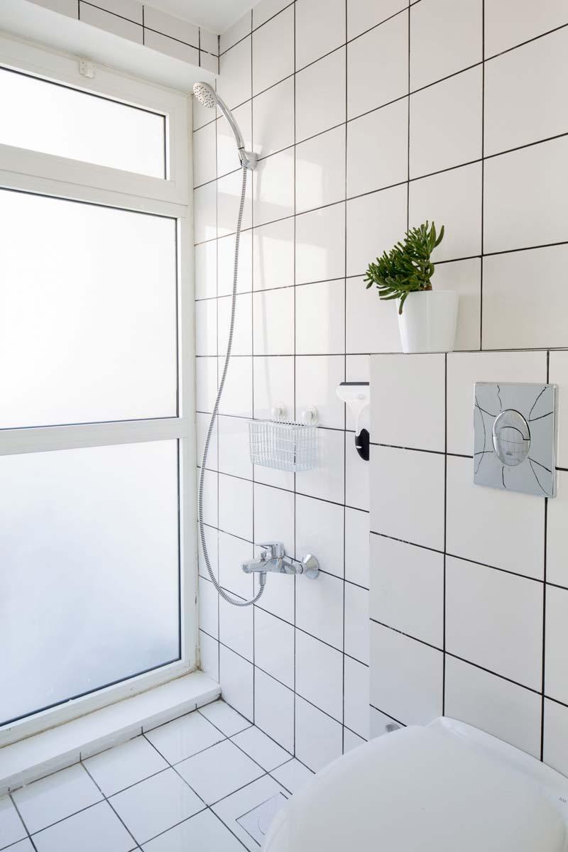 witte tegels kleine badkamer