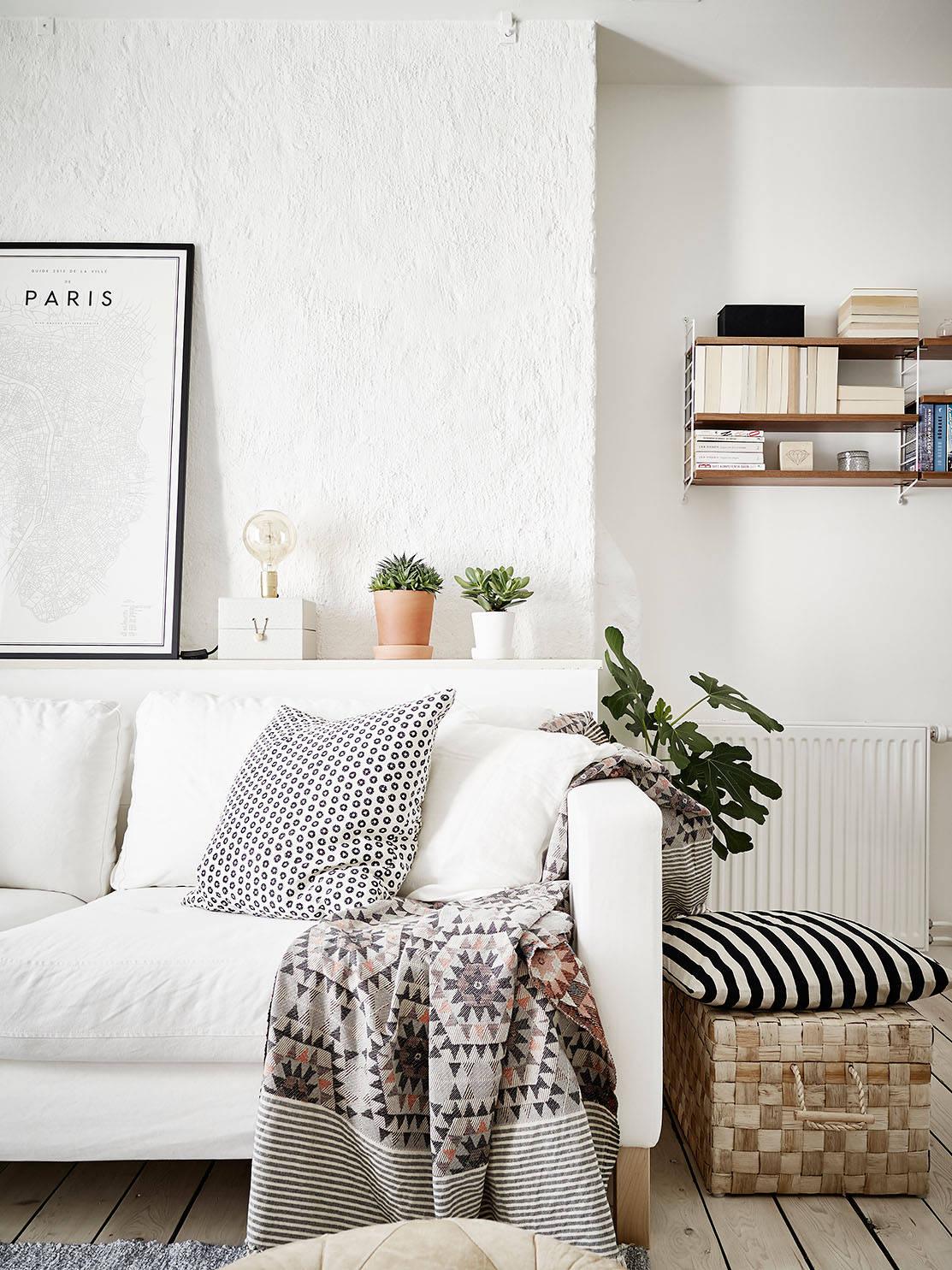 Binnenkijken licht zweeds huis thestylebox for Woonkamer wit