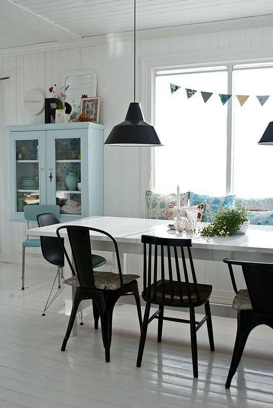 Gekleurde eetkamerstoelen in de keuken thestylebox for Zwarte eetkamerstoelen